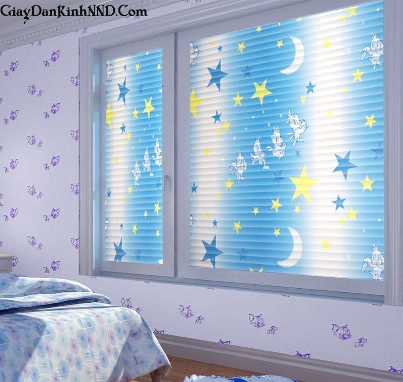 Sử dụng giấy dán kính trang trí để chăn sáng cho cửa kính